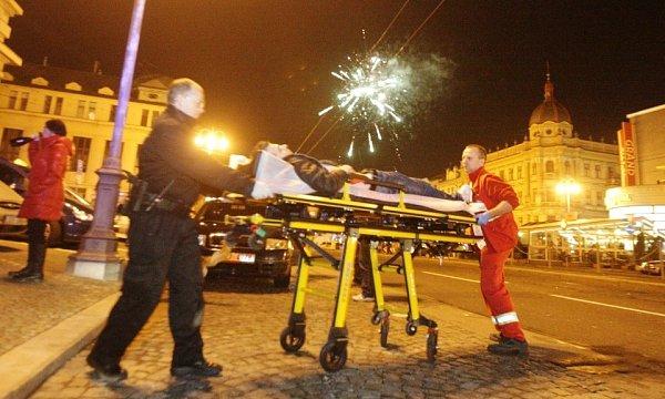 00:05 - Zcela opilý mladík leží na náměstí Republiky
