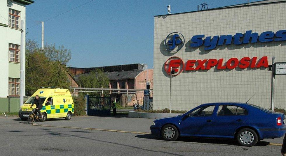 V chemičce Synthesia Semtín v Pardubicích došlo ve středu v 6:45 k výbuchu, který pravděpodobně nepřežili 4 zaměstnanci podniku. Záchranáři na místě ošetřili čtyři zraněné.