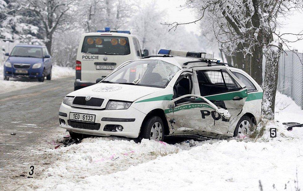 Při nehodě policejního vozu v Ostřešanech byli zraněni tři policisté