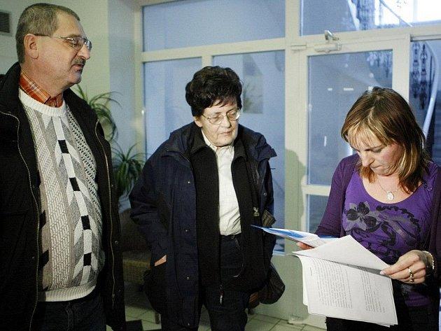 Příbuzní klientů pečovatelského domu v Pardubicích se brání jejich vystěhování do jiného zařízení.