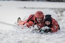 Záchrana tonoucího z ledu. Hasiči v Pardubicích zkoušeli nejrůznější metody.
