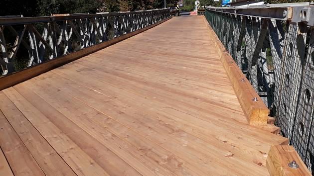 Nová prkna na kunětickém mostu jsou položena šikmo. Mají méně klouzat i hlučet.