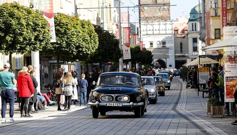 Srazu historických vozidel a motocyklů a následné spanilé jízdy centrem Pardubic se zúčastnilo více jak 150 posádek.