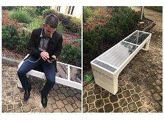 Smart lavičky v Pardubickém Svítkově před základní školou jsou asi tím nejlepším kouskem veřejné smart technologie. Lavičky se dobíjí solárním panelem, nabíjí mobilní telefony i bezdrátově a mají wifi síť.