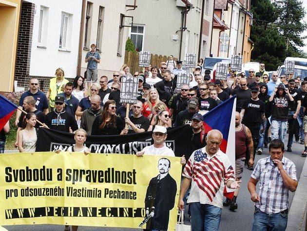 Svitavami při osmém pochodu Svitavami za Vlastimila Pechance, odsouzeného za rasově motivovanou vraždu, prošlo na sedmdesát jeho sympatizantů.