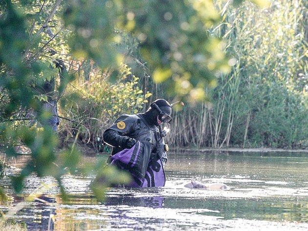 Utonulého muže vylovil z vody policejní potápěč