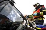 Soutěž ve vyprošťování osob z havarovaných vozidel pro hasiče z Pardubického a Královéhradeckého kraje. Náročná práce pardubického týmu.