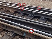 Kamení tentokrát někdo nastrkal i do výhybky. Vlaky musely jinudy.