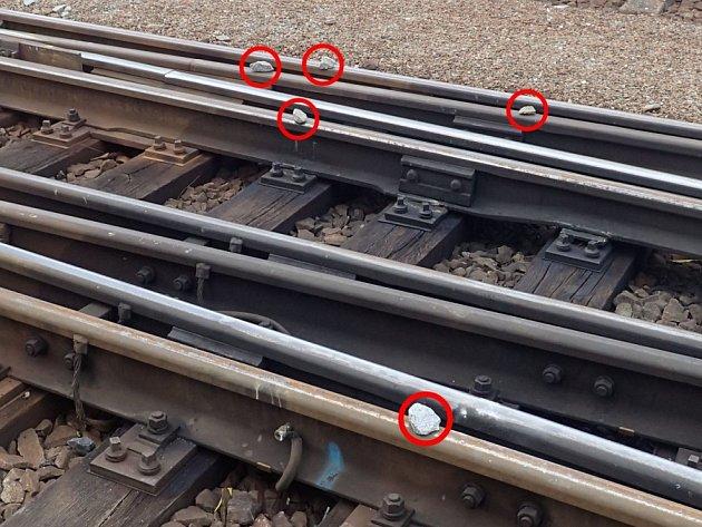 Kamení tentokrát někdo nastrkal ido výhybky. Vlaky musely jinudy.