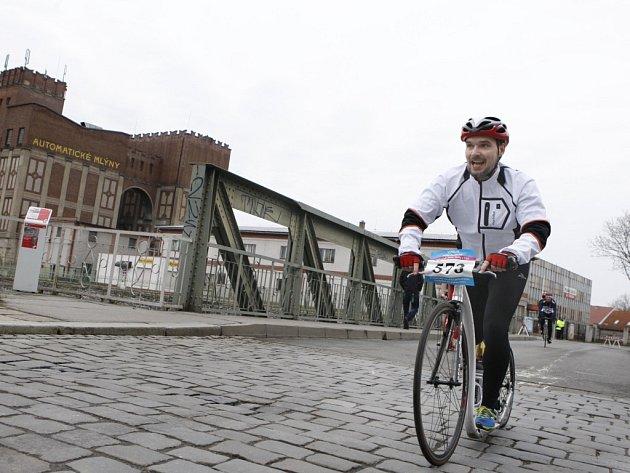 Vzhůru na start. Pardubický koloběžec Martin Komár se chystá zdolat Peklo severu. Na koloběžce chce za jeden den pokořit trastu cyklistického závodu Paříž – Roubaix.