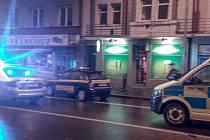 Před noční hernou na pardubické třídě Jana Palacha zasahovaliv neděli v noci policisté, ale i záchranná služba. Při rvačce dvou mužů totiž tekla krev z rozříznutého krku.