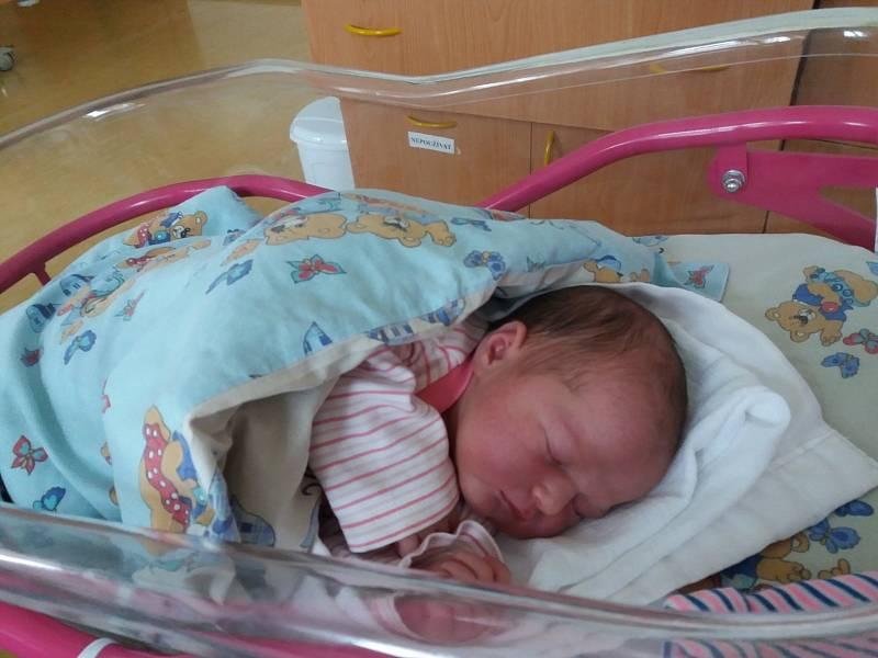 Blanka Tycová se narodila 27. 9. 2021 v Pardubicích. S maminkou Blankou, tatínkem Františkem a s šestiletým bráškou Františkem bude doma v Blatě. Foto: rodina