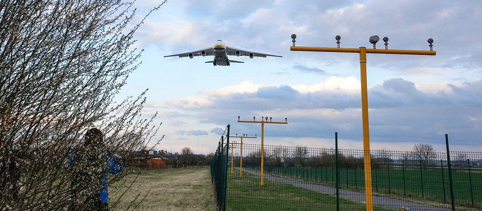 Na pardubickém letišti přistál další nákladní speciál Antonov An-124-100M Ruslan s nákladem zdravotnického materiálu a ochranných prostředků, 31.3.