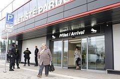 Letištní terminál odbavil první cestující.