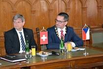 Velvyslanec Švýcarska v České republice Markus-Alexander Antonietti s primátorem Pardubic Martinem Charvátem.