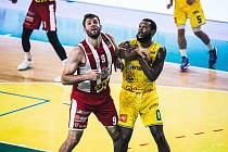 Pardubičtí basketbalisté (v pruhovaném) dostali v Levicích za uši.