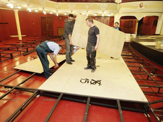Na proměnu v luxusní plesový salón má divadlo dva dny. Sedačky v hledišti nahradila obří skládanka
