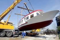 S tak nadměrným nákladem se východočeští motoristé moc často nesetkávají: samotná loď je 25 metrů dlouhá, 6,2 metru široká a 7,5 metru vysoká.