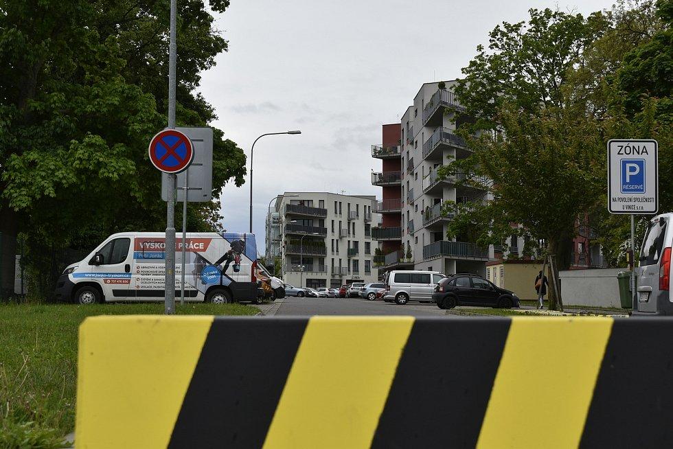 Investor musel zaslepit výjezd do ulice K Vinici, aby splnil podmínku danou stavebním povolením.