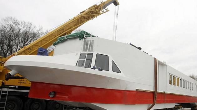 Zrekonstruovaná loď Arnošt se vrátila na vodu. V současné době už se nachází na Labi u Přelouče.