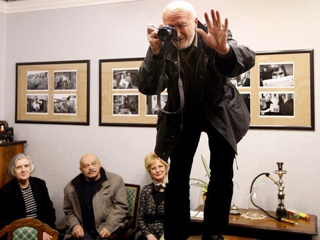 V pardubické galerii GM Hronovické ulici je v současné době k vidění výstava známého fotografa Bohdana Holomíčka