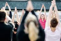 Pardubickou třídu Míru ovládla v neděli večer jóga.
