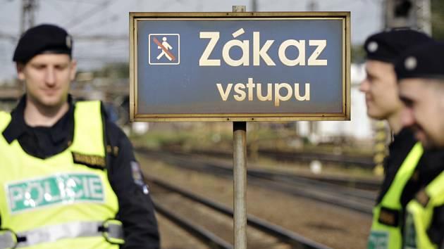 Ke kontrole přecházení kolejiště přes zákaz se přidali i policisté.