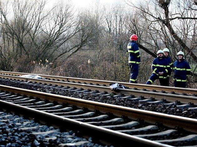 Mrtvé tělo v kolejišti u Opočínku. Policie nyní pátrá po totožnosti mrtvého muže