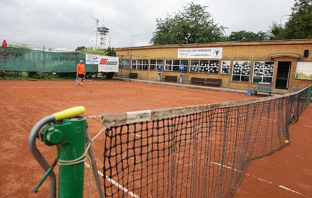 Kurty a klubovna Tenisového klubu Pernštýn, který byl založen roce 1807 poblíž pardubické Tipsport Areny.