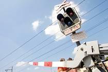 Na železničním přejezdu na Dašické ulici v Pardubicích prorazil řidič před přijíždějícím vlakem železniční závoru.