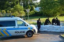 Policisté při hlídkové činnosti opravili i část sesuté bariéry.