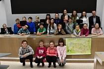 Děti ze ZŠ Rybitví navštívily krajský úřad a muzeum. Foto: Pardubický kraj