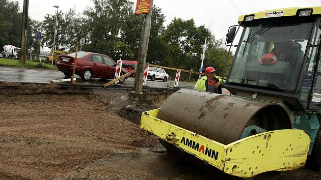 """U Semtína se začala rozšiřovat silnice. Vznikne odbočovací pruh k """"černé stavbě"""" logistického centra."""