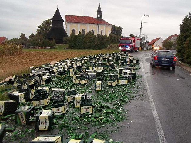 V Horních Ředicích vyložil řidič pivo za jízdy