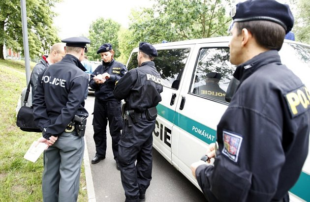 Muž poblíž Wonkova mostu napadl nejdříve přítelkyni, poté muže, který se jí zastal, a nakonec se pral i s policisty. Skončil v poutech