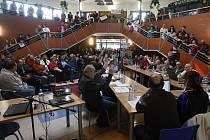 Veřejné jednání zastupitelstva města Lázně Bohdaneč o změně územního plánu.