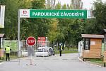 130. Velká pardubická se Slavia pojišťovnou, která se konala před prázdnými tribunami na pardubickém dostihovém závodišti.