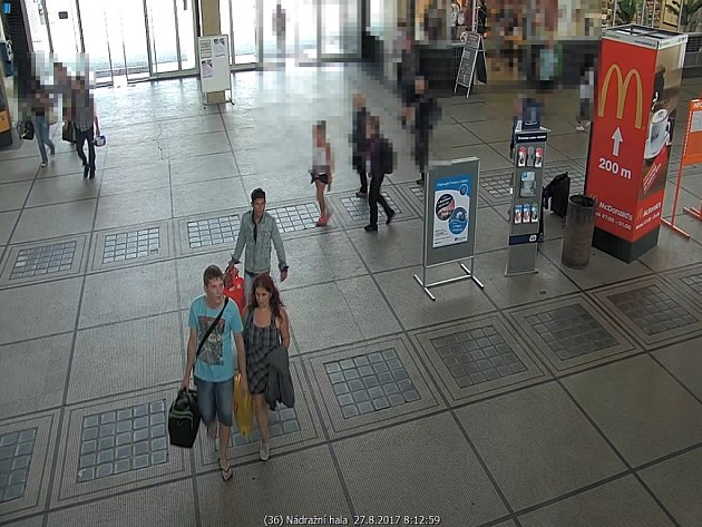 Pravděpodobní pachatelé loupežného přepadení taxikáře, jak je zachytily kamery na pardubickém hlavním nádraží.