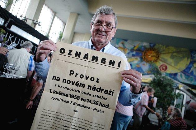 Plakát, který ssebou přinesl starosta Dašic Petr Zikmund byl také unikátem - pozvánkou na první příjezd vlaku do nové stanice vroce 1958.