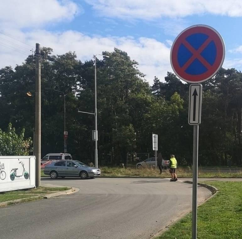 Vjezd do pardubické firmy vyrábějící radarová zařízení blokovala dokonce dvě osobní vozidla rafinovaně umístěná za značkou zakazující zastavení.
