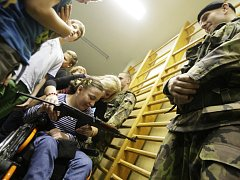 UKázky vojáků na ZŠ Bratranců Veverkových