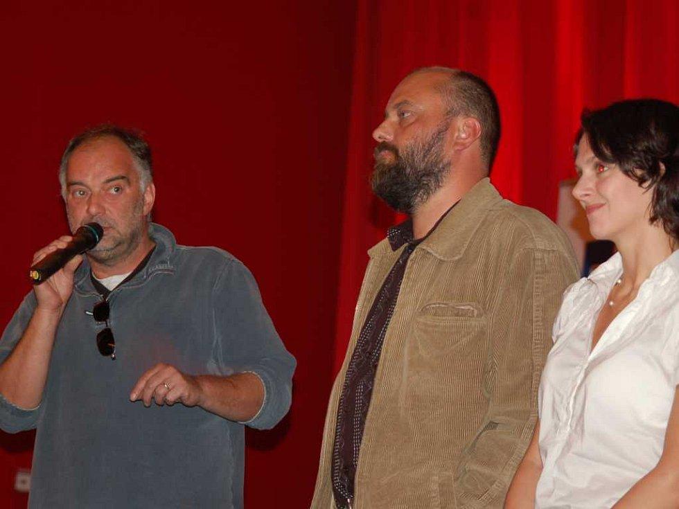 (zprava) Klára Issová, Petr Jarchovský a režisér Ondřej Trojan uvádějí v Pardubicích předpremiéru filmu Medvídek.