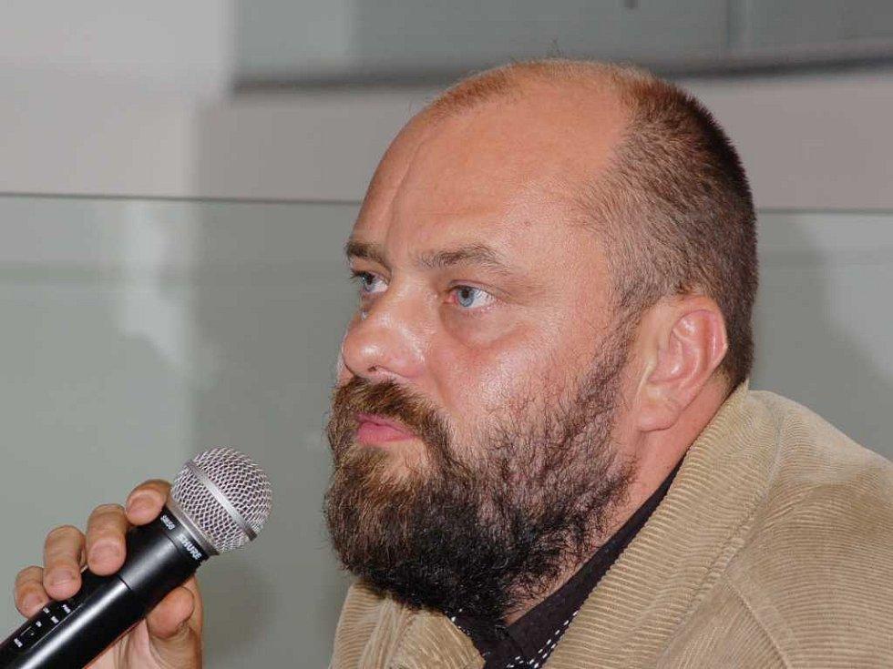 Petr Jarchovský odpovídá na otázky novinářů.