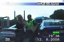 Žena se vytažení z auta bránila, strážníci proto použili hmaty a agresivní řidičce nasadili pouta
