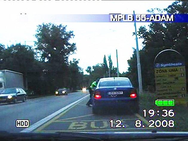 Řidička si rozhodla cestu prorazit i přes strážníka. Ten musel na poslední chvíli uskakovat
