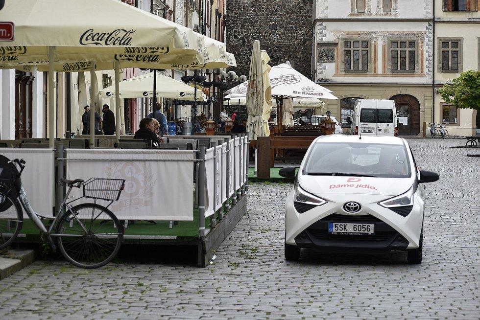 Nezastavily se ani rozvozové vozy, které se střídaly na náměstí jeden za druhým.