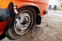 Fantom pneumatik řádí už několik měsíců nejen v centru Pardubic. Na svědomí má již desítky osobních vozidel, u kterých propíchal pneumatiky. Jeho nejčastějším rajonem jsou ulice Smilova, Havlíčkova či Macanova. Řádí ale i na náměstí Čsl. legií
