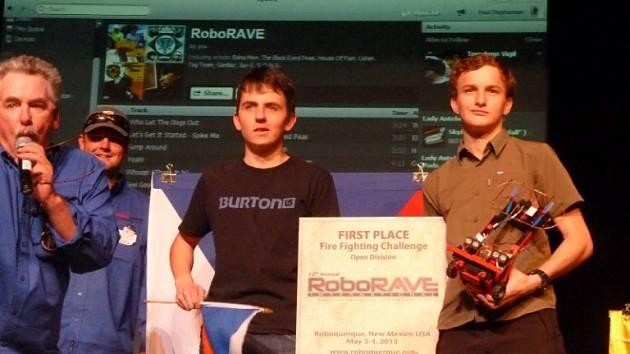 Tým studentů pardubického Gymnázia Dašická veze ze světového finále soutěže robotů RoboRave v americkém městě Albuqerque.