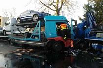 V Dolní Rovni se střetla dvě nákladní vozidla. Řidiče museli hasiči vyprostit.