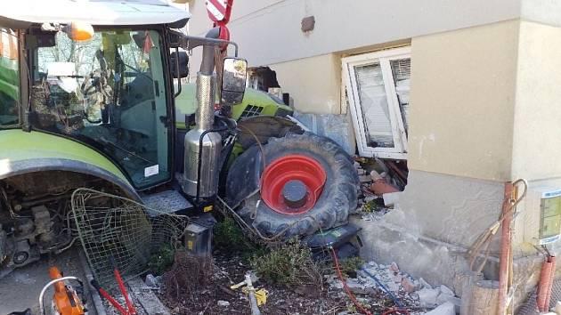 Traktor skončil v Dolní Rovni v domě a pobořil ho